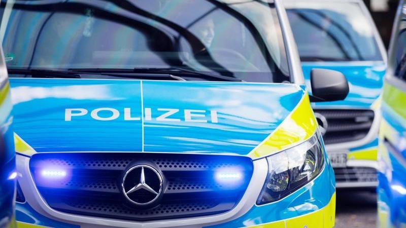 Polizeitransporter. Foto: Rolf Vennenbernd/dpa/Archiv