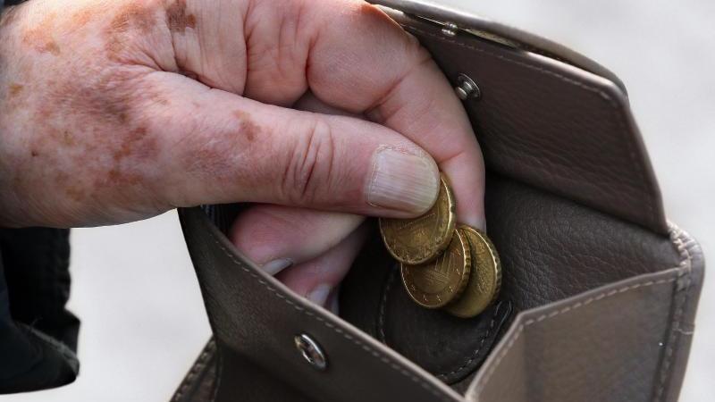 Viele Menschen in Deutschland sind nicht in der Lage, die kompletten Eigenbeiträge in einem Pflegeheim zu bezahlen. Foto: Stephanie Pilick/dpa