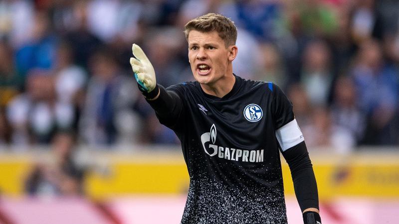 Schalkes Torwart Alexander Nübel gestikuliert. Foto: Marius Becker/dpa/Archivbild