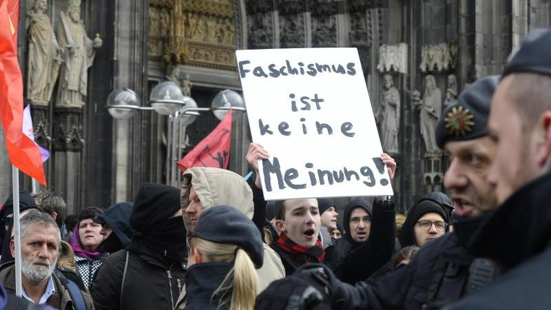 """Demonstranten von """"Köln gegen rechts"""" protestieren gegen eine Kundgebung der Partei """"Alternative für Deutschland"""" (AfD) gegen Rundfunkgebühren und den WDR. Foto: Roberto Pfeil/dpa"""