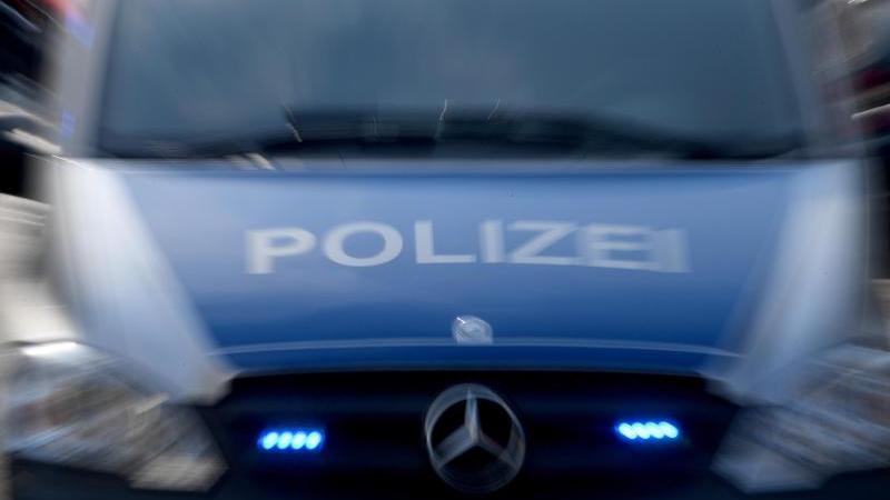 Ein Polizeiwagen mit eingeschaltetem Blaulicht (Foto mit Zoomeffekt). Foto: Carsten Rehder/dpa/Archivbild