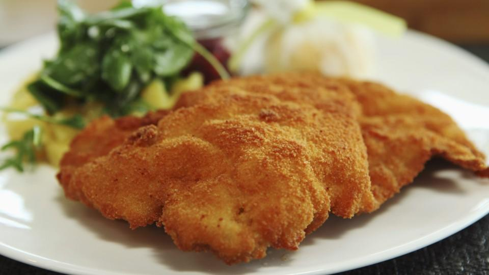 Wiener schnitzel, the popular breadcrumb coated cutlet of veal, a traditional Germanic dish, served in Munich, Bavaria, Germany, Europe Keine Weitergabe an Drittverwerter.