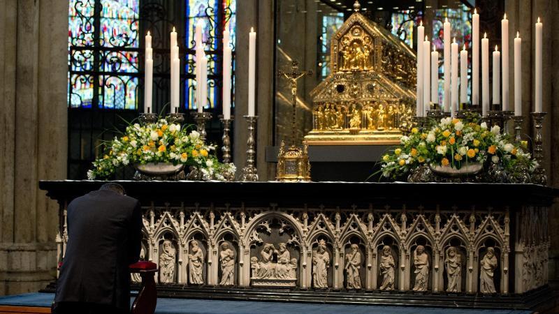 Beten vor dem Dreikönigsschrein im Kölner Dom. Foto: Federico Gambarini/dpa/Archivbild