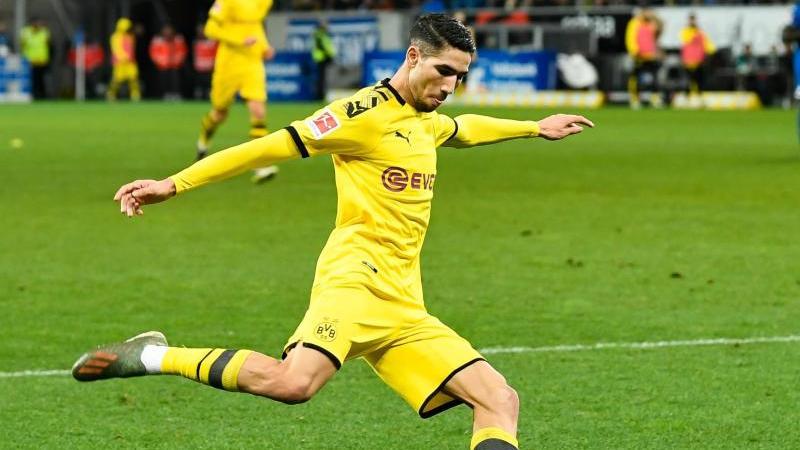 Dortmunds Achraf Hakimi spielt den Ball. Foto: Tom Weller/dpa/Archivbild