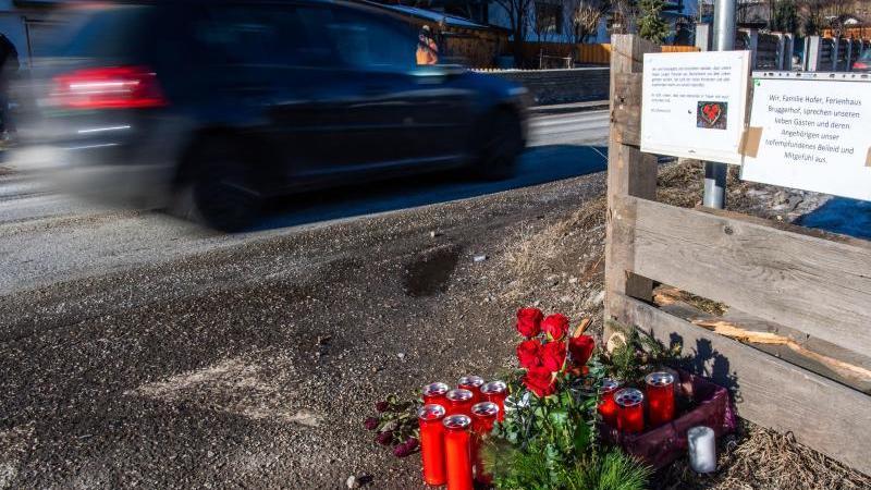 Blumen, Kerzen und Gedenkschmuck liegen am Ort des Unfalls. Foto: Lino Mirgeler/dpa