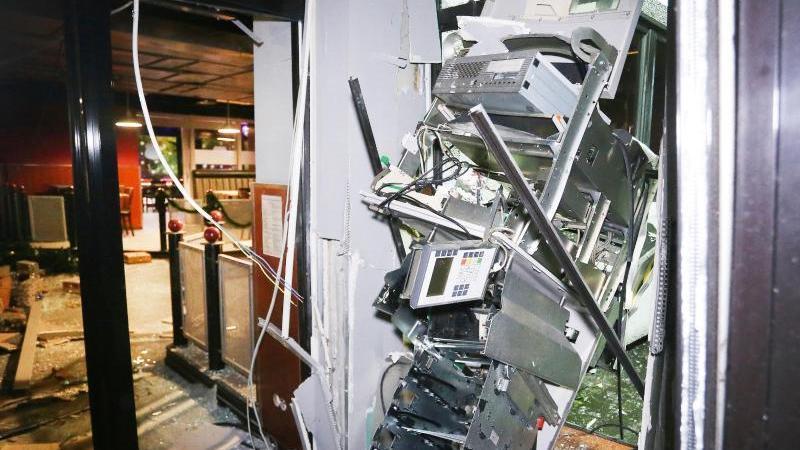 Ein schwer beschädigter Geldautomat nach einer Sprengung. Foto: David Young/dpa/Archivbild