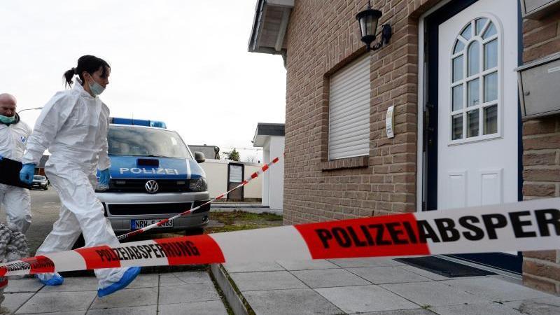 Das Haus in dem drei Leichen gefunden worden waren. Foto: Roberto Pfeil/dpa