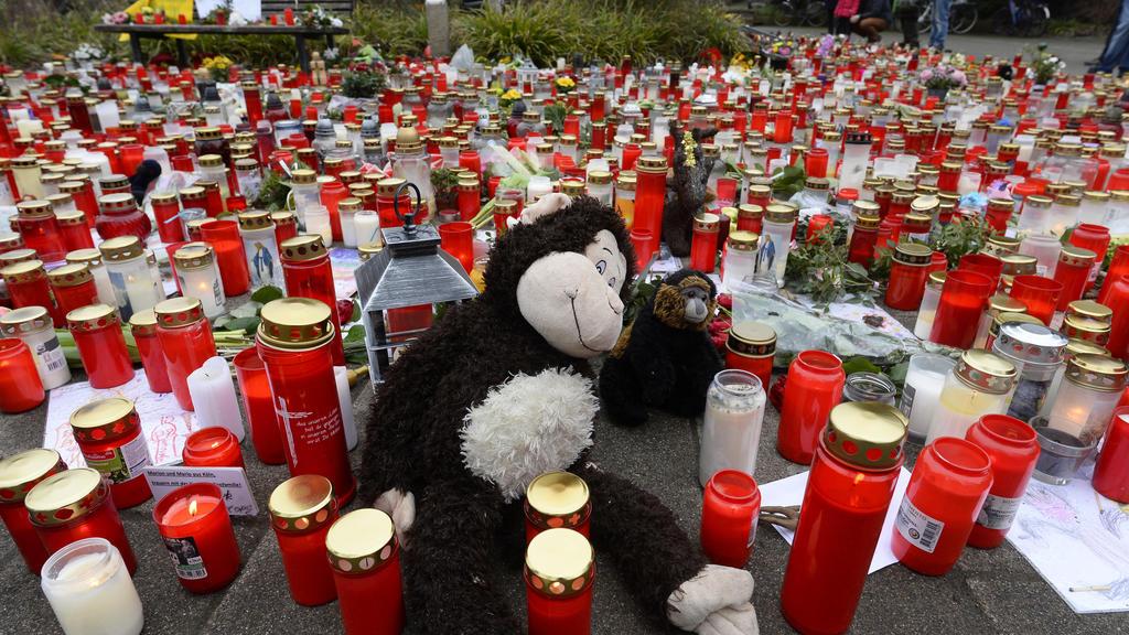 05.01.2020, Nordrhein-Westfalen, Krefeld: Ein Meer von Kerzen und Blumen liegt vor dem Eingang des Zoos. Nach dem verheerenden Brand im Affenhaus haben viele Besucher ihrer Trauer damit Ausdruck verliehen. Bei dem Feuer in der Nacht zu Neujahr starbe