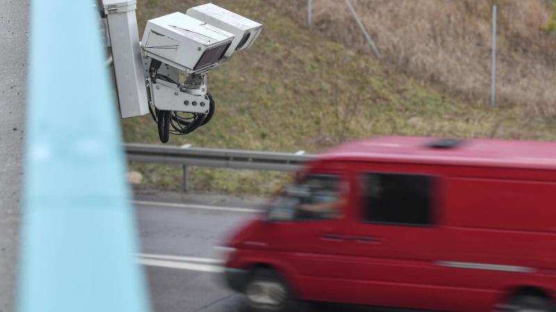 An einer Brücke ist das System zur automatischen Kennzeichenfahndung KESY angebracht. Foto: Patrick Pleul/zb/dpa/Archivbild