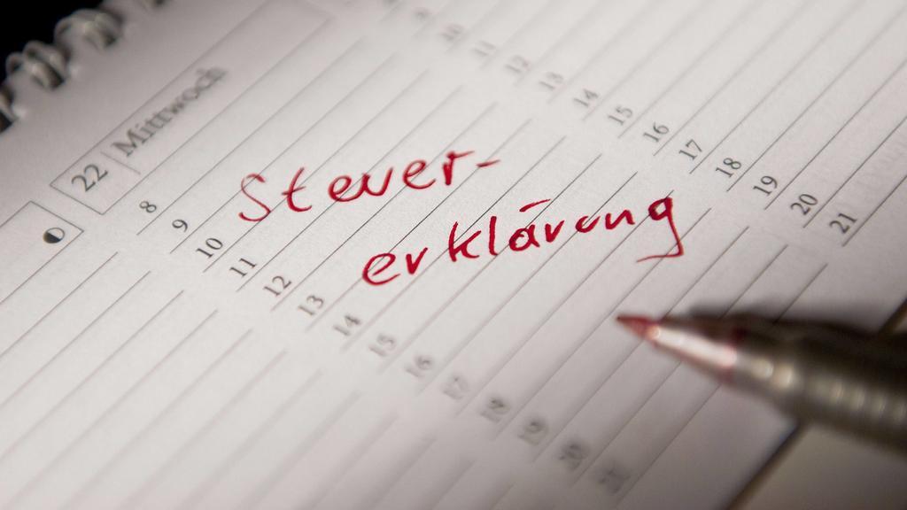 Steuererklärung abgeben - Eintrag im Kalender BLWX032467 Copyright: xblickwinkel/McPhotox/BerndxLeitnerxTax returns abgeben Entry in Calendar  Copyright xblickwinkel McPHOTOx BerndxLeitnerx