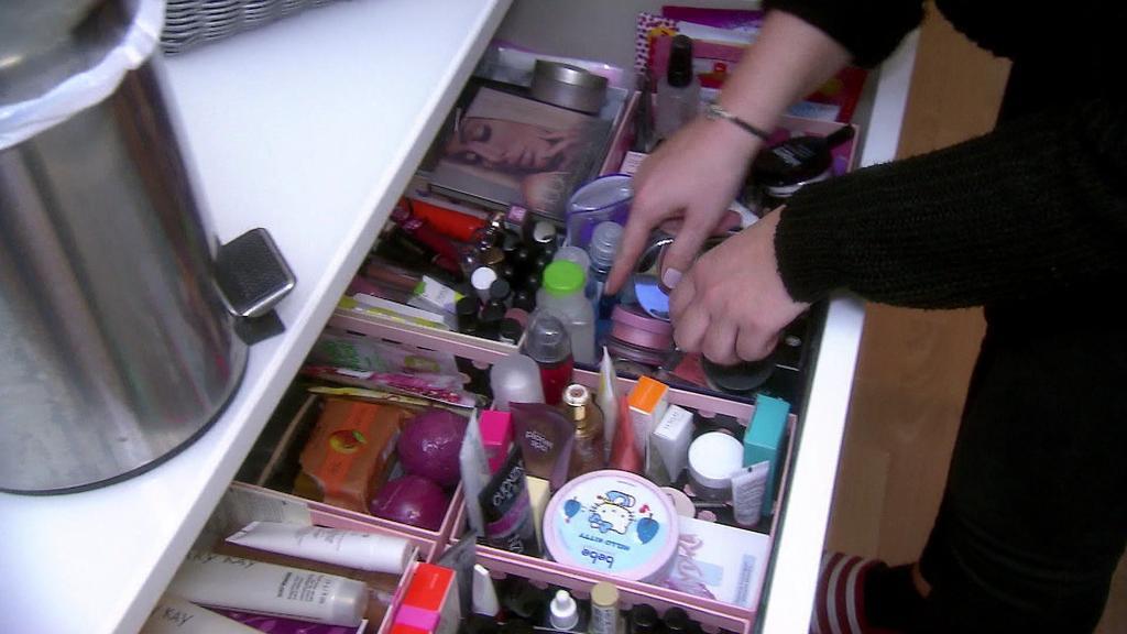 Frau mistet Kosmetik aus