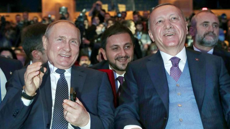 """Da lachen die mächtigen Männer:Wladimir Putin und der türkische Präsident Recep Tayyip Erdogan bei der Eröffnung der Erdgas-Pipeline """"Turkish Stream"""". Foto: -/AP/dpa"""