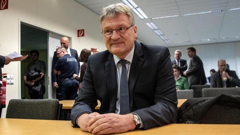 AfD-Chef Jörg Meuthen wartet auf den Beginn der Verhandlung über mutmaßlich unzulässige Spenden an seine Partei. Foto: Paul Zinken/dpa