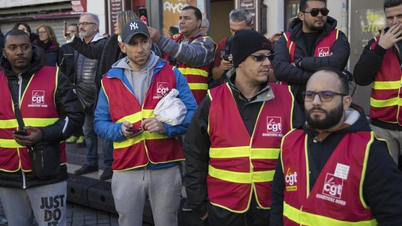 Demonstranten versammeln sich in Marseille:Die Wut über die geplante Rentenreform bleibt ungebrochen. Foto: Daniel Cole/AP/dpa