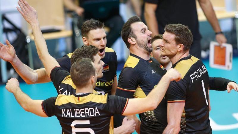 Die deutschen Volleyballer dürfen weiter von der Olympia-Teilnahme träumen. Foto: Andreas Gora/dpa
