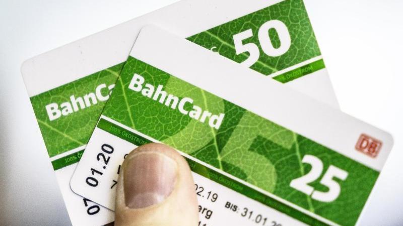 Die Bahncards 50 und 25 werden künftig zehn Prozent günstiger. Foto: Michael Kappeler/dpa
