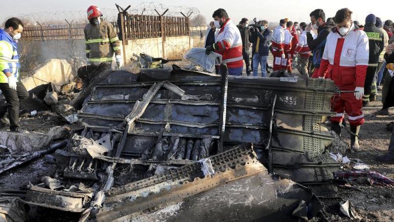 Rettungskräfte bergen Wrackteile der verunglückten ukrainischen Maschine in der Nähe von Teheran. Foto: Ebrahim Noroozi/AP/dpa