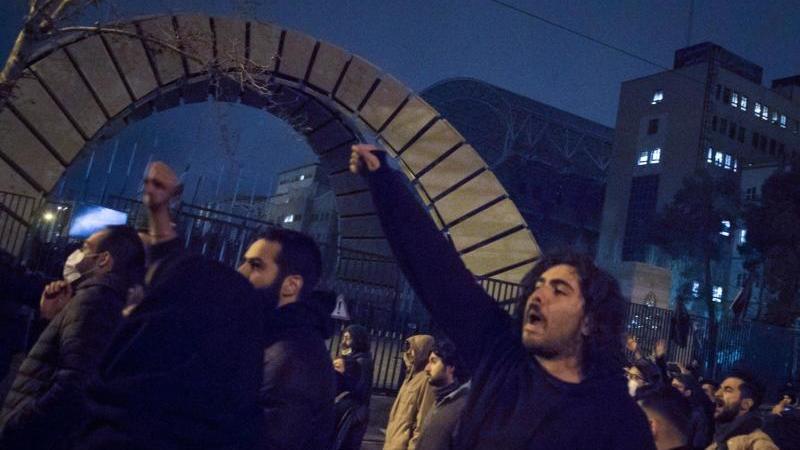 Studenten demonstrieren nach einer Trauerfeier für die Opfer des Flugzeugabsturzes in Teheran. Foto: Rouzbeh Fouladi/ZUMA Wire/dpa