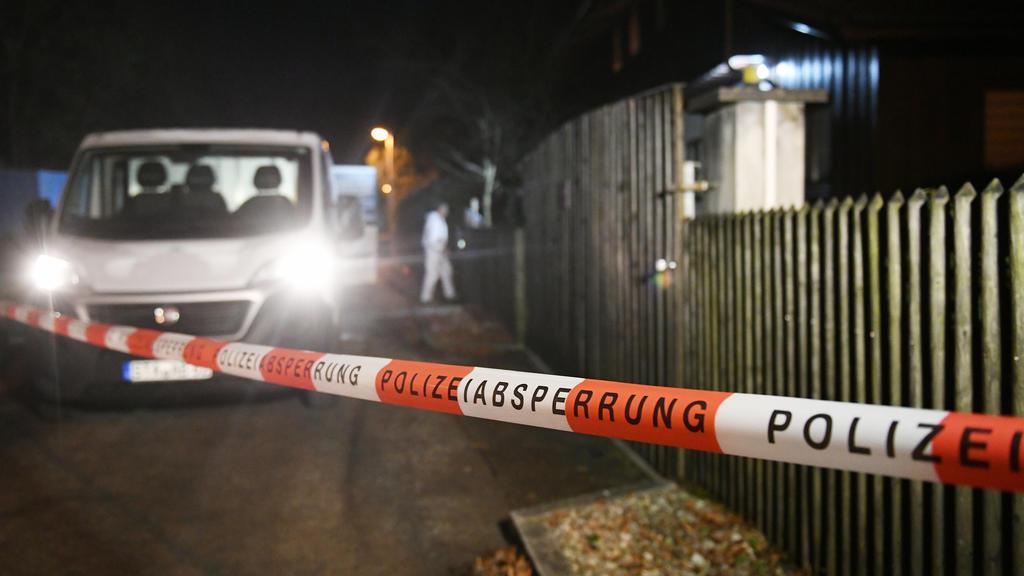 13.01.2020, Bayern, Starnberg: Ein Polizist kommt aus einem Haus in Starnberg, in dem drei Tote gefunden wurden. Nach derzeit noch nicht gesicherten Erkenntnissen handle es sich dabei um das Ehepaar, das in dem Haus lebte, und dessen Sohn, teilte die
