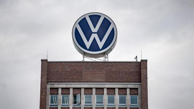 Ein großes VW-Logo steht auf dem Verwaltungshochhaus vom Volkswagen Werk. Foto: Sina Schuldt/dpa/Archivbild