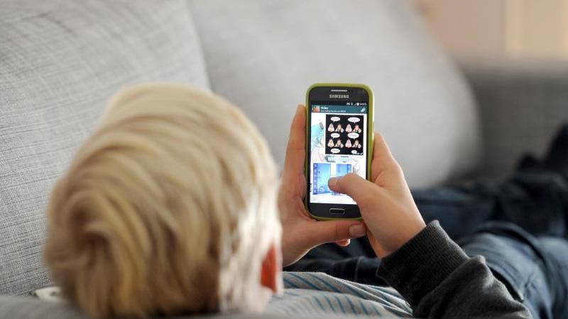 Viele Kinder stoßen im Internet auf nicht jugendfreie Inhalte. Eltern sprechen sich daher für schärfere Regeln aus. Foto: Tobias Hase/dpa