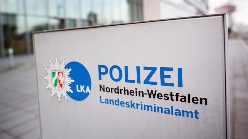 Ein Schild weist auf das Landeskriminalamt Nordrhein-Westfalen hin. Foto: Federico Gambarini/dpa/archiv