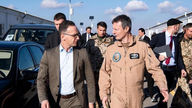 Außenminister Heiko Maas (l) wird auf der Luftwaffenbasis Al-Asrak von Oberst Markus Kleinbauer, Kommandeur des deutschen Einsatzkontingentes Counter Daesh, durch das Lager geführt. Foto: Bernd von Jutrczenka/dpa