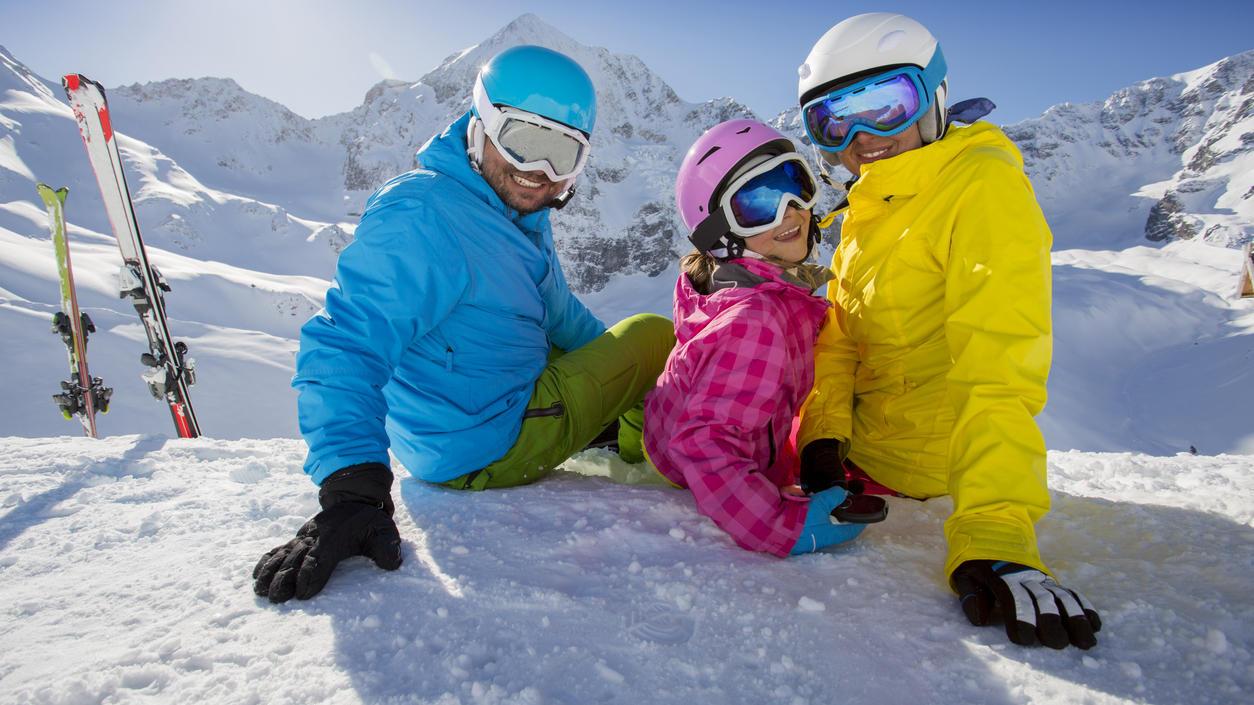 Mama, Papa und Kind im Skiurlaub - hoffentlich war die Packliste vollständig