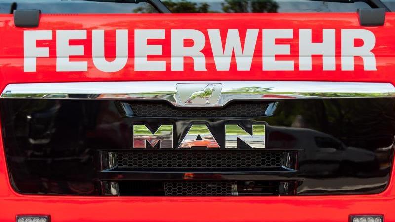 Ein Einsatzwagen der Feuerwehr. Foto: Hauke-Christian Dittrich/dpa/Symbolbild/Archiv