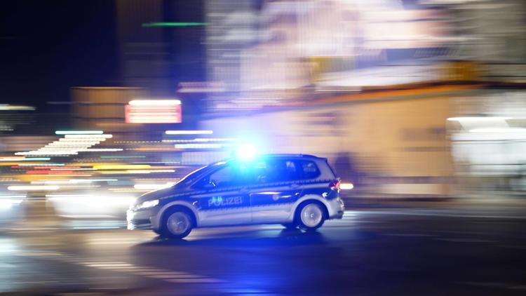Ohne Maske rausgeschmissen - Bewaffnete stürmen Imbiss in Berlin