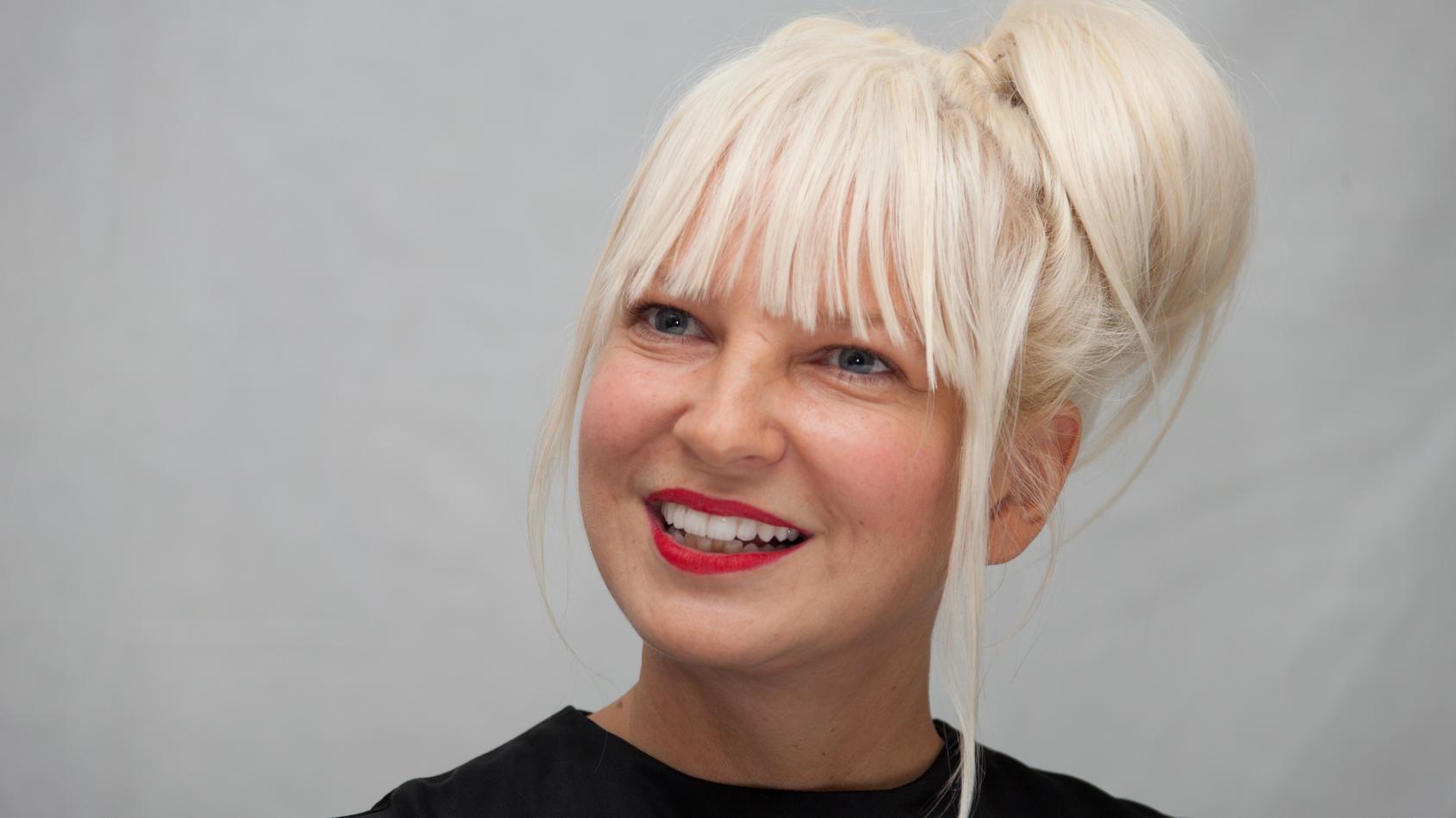 Sängerin Sia hat überraschenderweise offen über ihr Privatleben gesprochen.