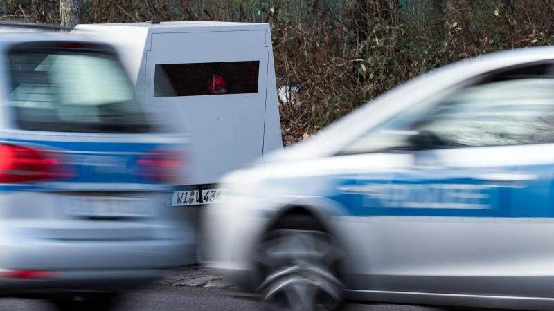 Zwei Polizeiwagen fahren zu einem Einsatz. Foto: Bernd von Jutrczenka/dpa