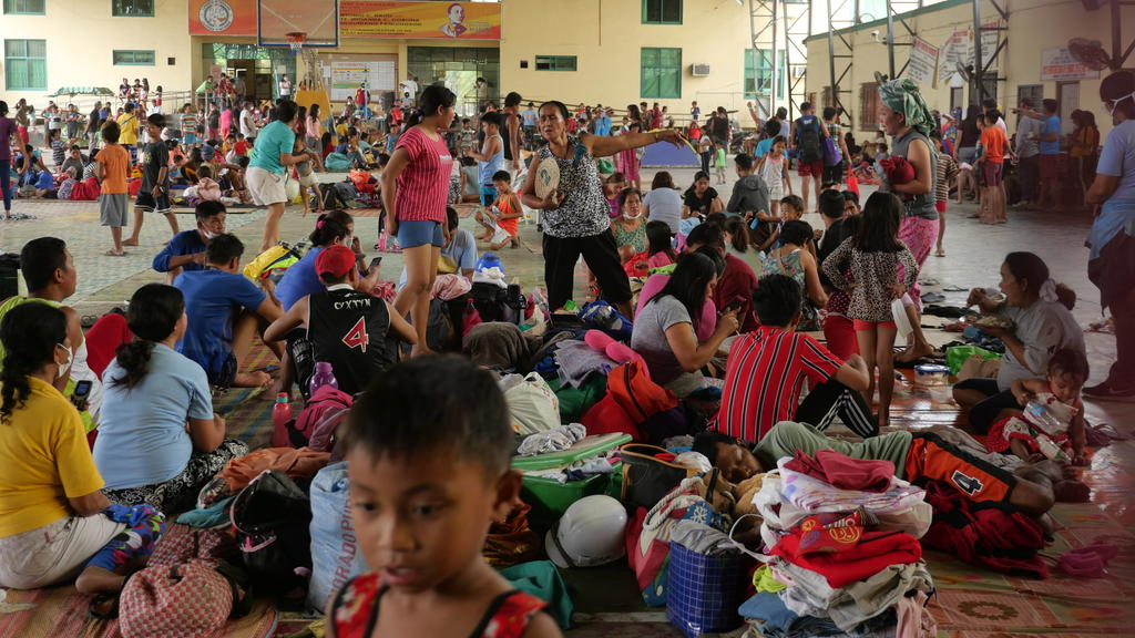 PHL: Massive Mass Exodus begins Mataas na Kahoy For the second time, evacuees from Talisay, the Lakeshore Barangays of Tanauan and the residents of the island volcano, were transferred to Tanauan City s Gym 2. This was after a long night of continuo