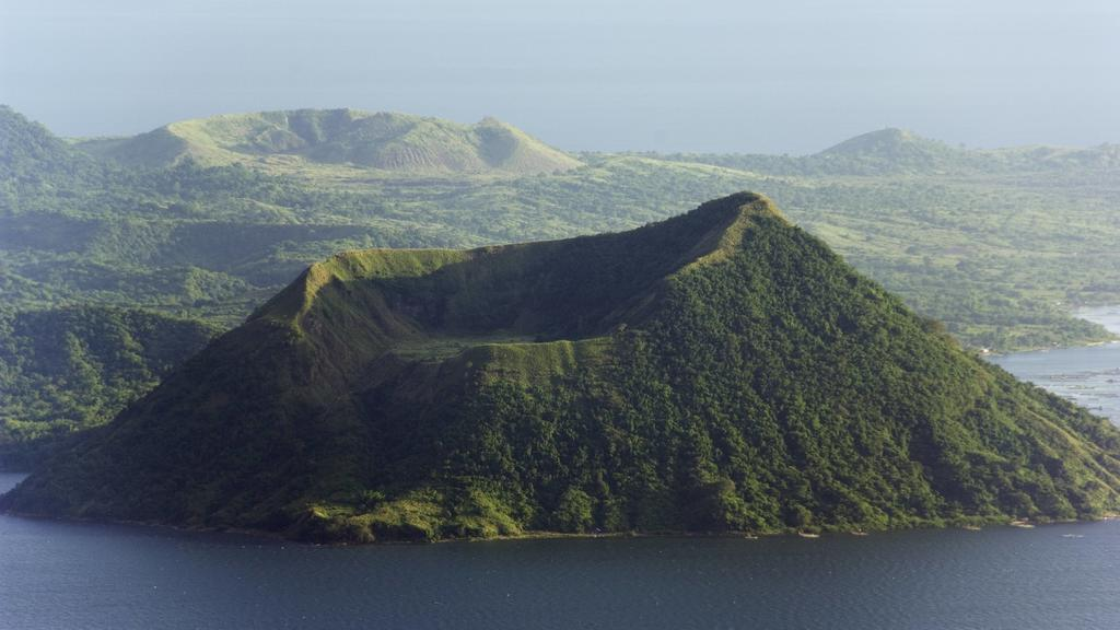 Taal Volcano, Lake Taal, Talisay, Luzon, Philippines, Southeast Asia, Asia PUBLICATIONxINxGERxSUIxAUTxONLY Copyright: ChristianxKober 733-1838Taal Volcano Lake Taal Talisay Luzon Philippines South East Asia Asia PUBLICATIONxINxGERxSUIxAUTxONLY Copyri
