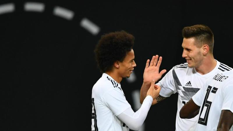 Leroy Sané (l) und Niklas Süle wollen beide zur Fußball-EM. Foto: Soeren Stache/dpa