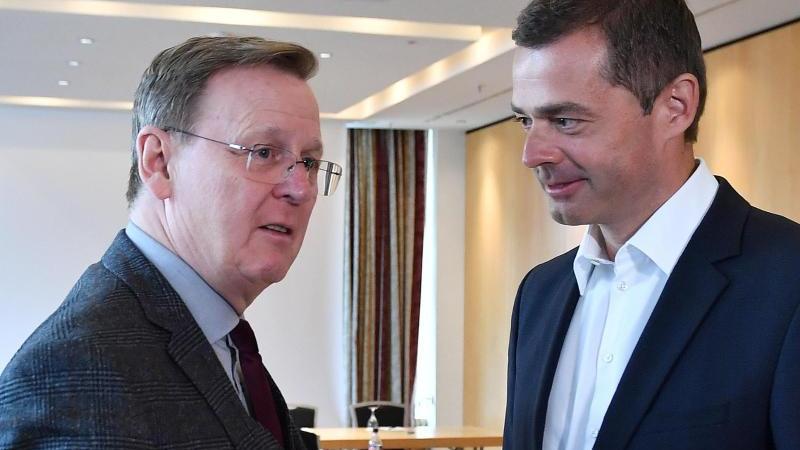 Thüringens Ministerpräsident Bodo Ramelow (l), hier imGespräch mit CDU-Landeschef Mike Mohring, will sich eigentlich Anfang Februar im Landtag wiederwählen lassen. Foto: Martin Schutt/dpa-Zentralbild/dpa