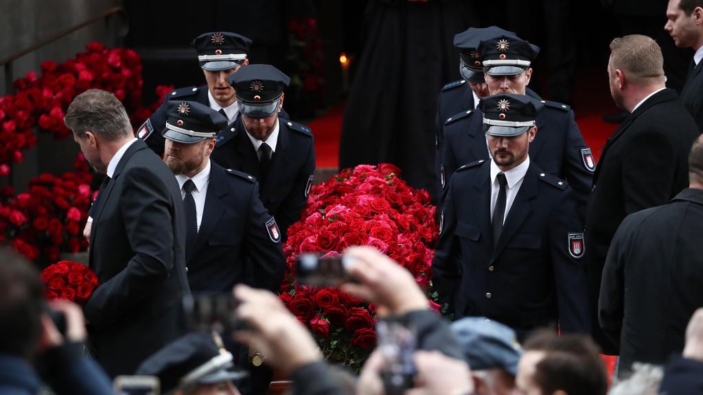"""14.01.2020, Hamburg: Der Sarg mit dem Leichnam des Schauspielers Jan Fedder (""""Großstadtrevier"""") wird nach der Trauerfeier von Polizisten aus der Kirche getragen. Fedder war am 30. Dezember gestorben. Foto: Daniel Reinhardt/dpa +++ dpa-Bildfunk +++"""