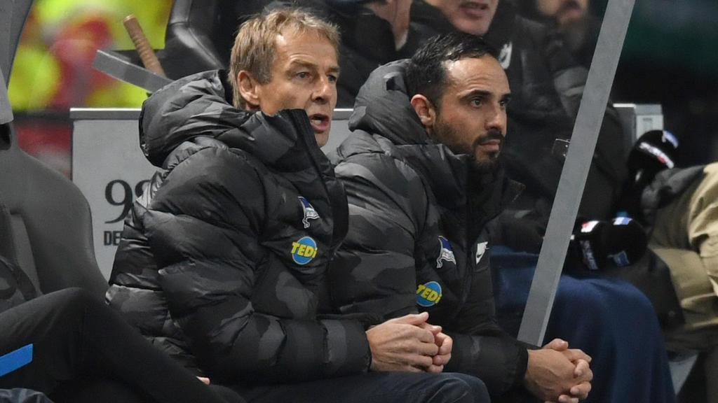 Fussball, Herren, 1. Bundesliga, Saison 2019/20, 17. Spieltag, Hertha BSC - Borussia Mönchengladbach, v. l. Trainer Jürgen Klinsmann Hertha BSC, Co-Trainer Alexander Nouri Hertha BSC auf der Bank, 21.12. 2019, *** Football, men, 1 Bundesliga, season