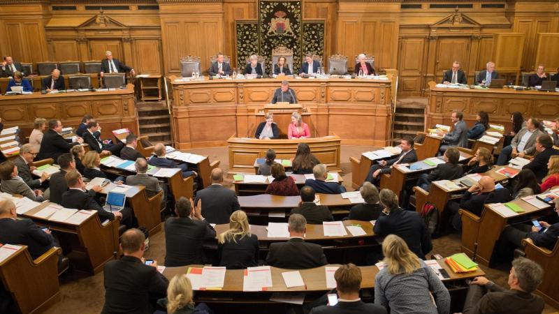 Abgeordnete verfolgen in der Hamburgischen Bürgerschaft im Rathaus in Hamburg die laufende Debatte. Foto: Daniel Reinhardt/Archiv