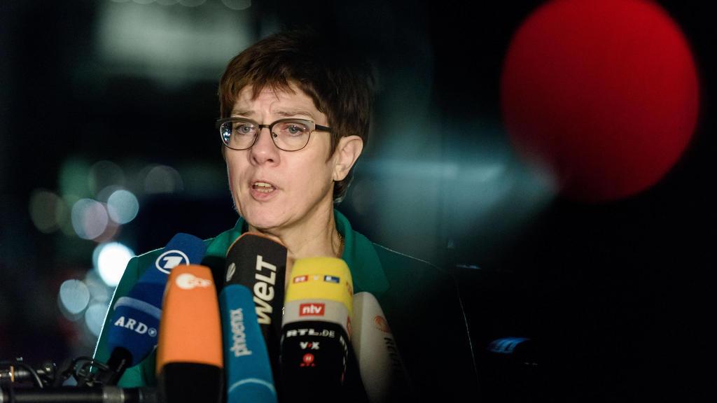Berlin, Statement von Annegret Kramp-Karrenbauer Deutschland, Berlin - 14.01.2020: Im Bild ist Annegret Kramp-Karrenbauer Verteidigungsministerin, Bundesvorsitzende der CDU während der Pressekonferenz vor dem deutschen Bundestag zu sehen. Berlin Bun