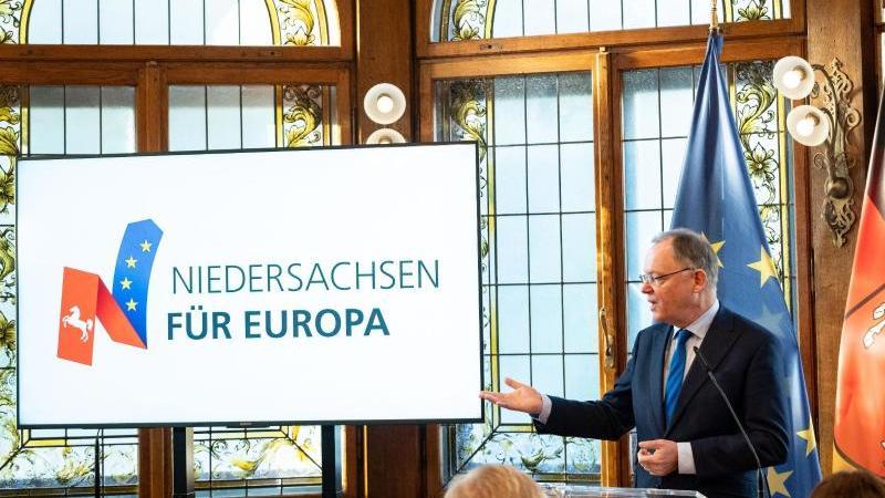 """Niedersachsens Ministerpräsident Stephan Weil auf einer Pressekonferenz zur """"Initiative für Europa"""". Foto: Peter Steffen/dpa/Archivbild"""