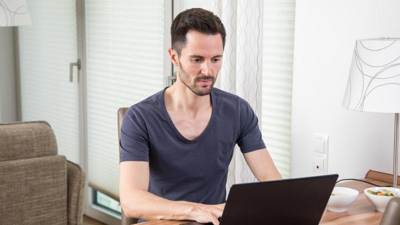 Über Online-Kleinanzeigen lässt sich bequem vom Computer zu Hause aus kaufen und verkaufen - Vorsicht jedoch vor trickreichen Betrügern. Foto: Christin Klose/dpa-tmn