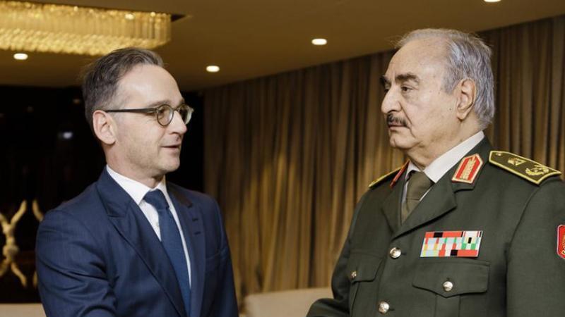 General Chalifa Haftar (r.), ein Hauptakteur im libyschen Bürgerkrieg, begrüßt Bundesaußenminister Heiko Maas in seinem Hauptquartier. Foto: Xander Heinl/photothek.net/dpa
