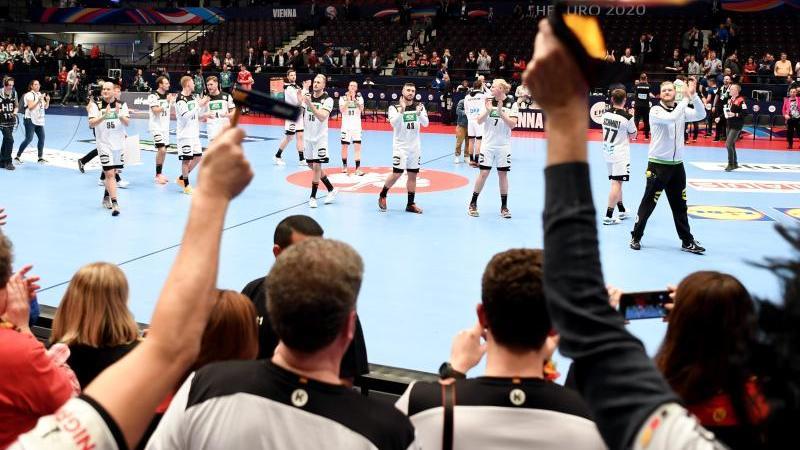 Die deutschen Handballer feiern mit den Fans den Sieg über Weißrussland. Foto: Robert Michael/dpa-Zentralbild/dpa