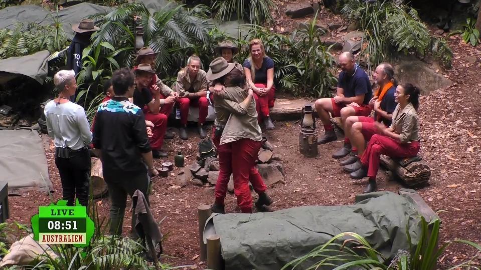 Danni und Elena fallen sich in die Arme. Die Zuschauer wählen sie zum 5. Mal in die Prüfung.