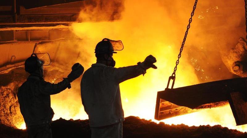 """Stahlarbeiter arbeiten vor einem angestochenen Hochofen in dem staatlichen Unternehmen """"Dongbei Special Steel"""". Foto: Liu Debin/SIPA Asia via ZUMA Wire/dpa"""