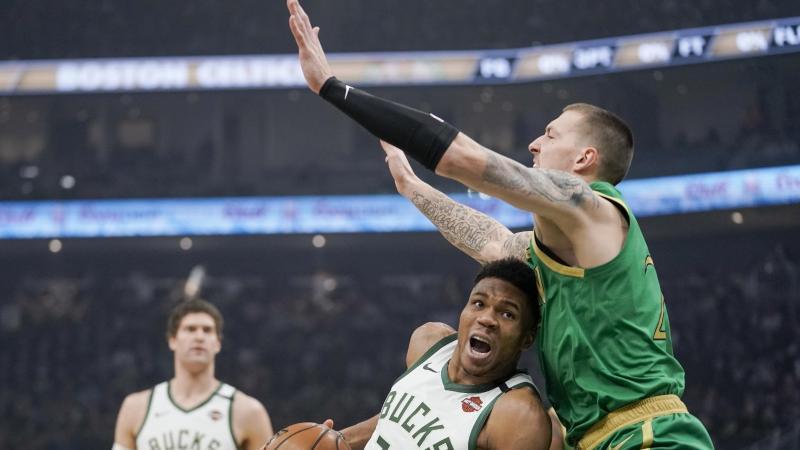 Daniel Theis (r) zeigte eine gute Leistung, doch für einen Sieg gegen die Milwaukee Bucks um Giannis Antetokounmpo reichte es nicht. Foto: Morry Gash/AP/dpa
