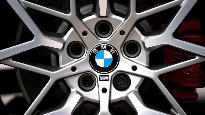 Das Logo des Münchner Autobauers BMW ist auf den Felgen eines Autos zu sehen. Foto: Sina Schuldt/dpa/Archivbild