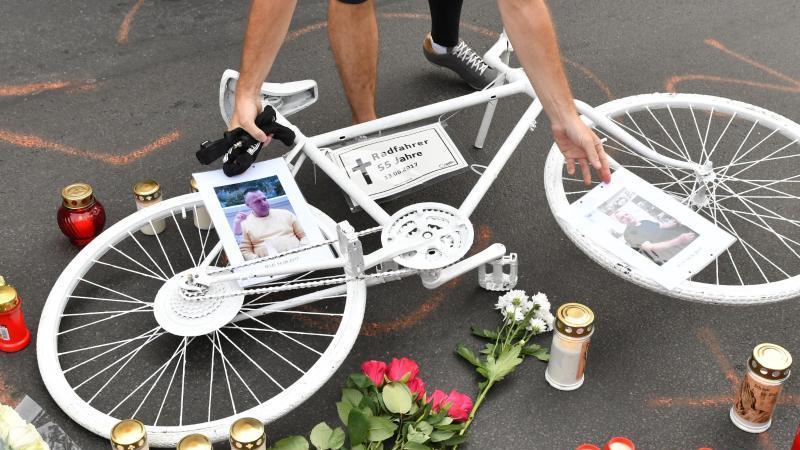 Er starb, weil ein Fahrer die Autotür aufriss, ohne auf den Verkehr zu achten: Radfahrer gedenken in Berlin eines verstorbenen Radfahrers. Foto: Paul Zinken/dpa