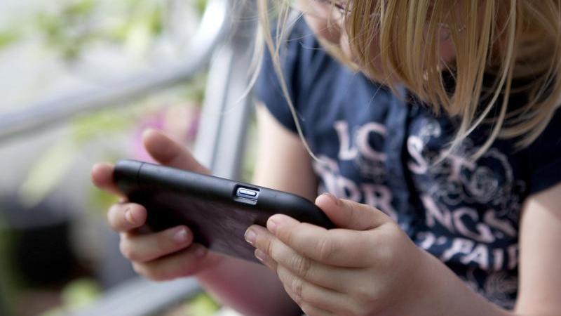 Mögliches Einfallstor Smartphone:Das sogenannte Cybergrooming kann Mädchen und Jungen gleichermaßen treffen. Foto: Silvia Marks/dpa-tmn